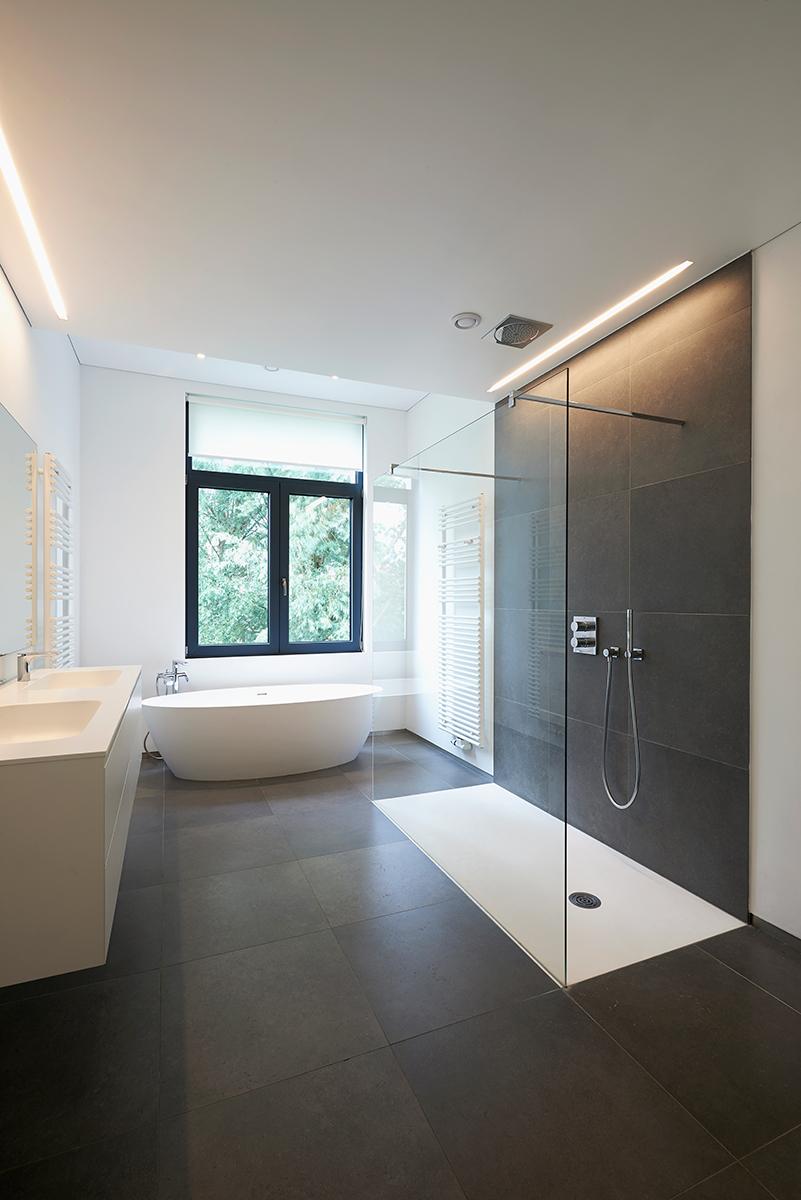 Azulejos gres porcelánico azonuba Platos de Ducha de Resina en un baño de lujo moderno